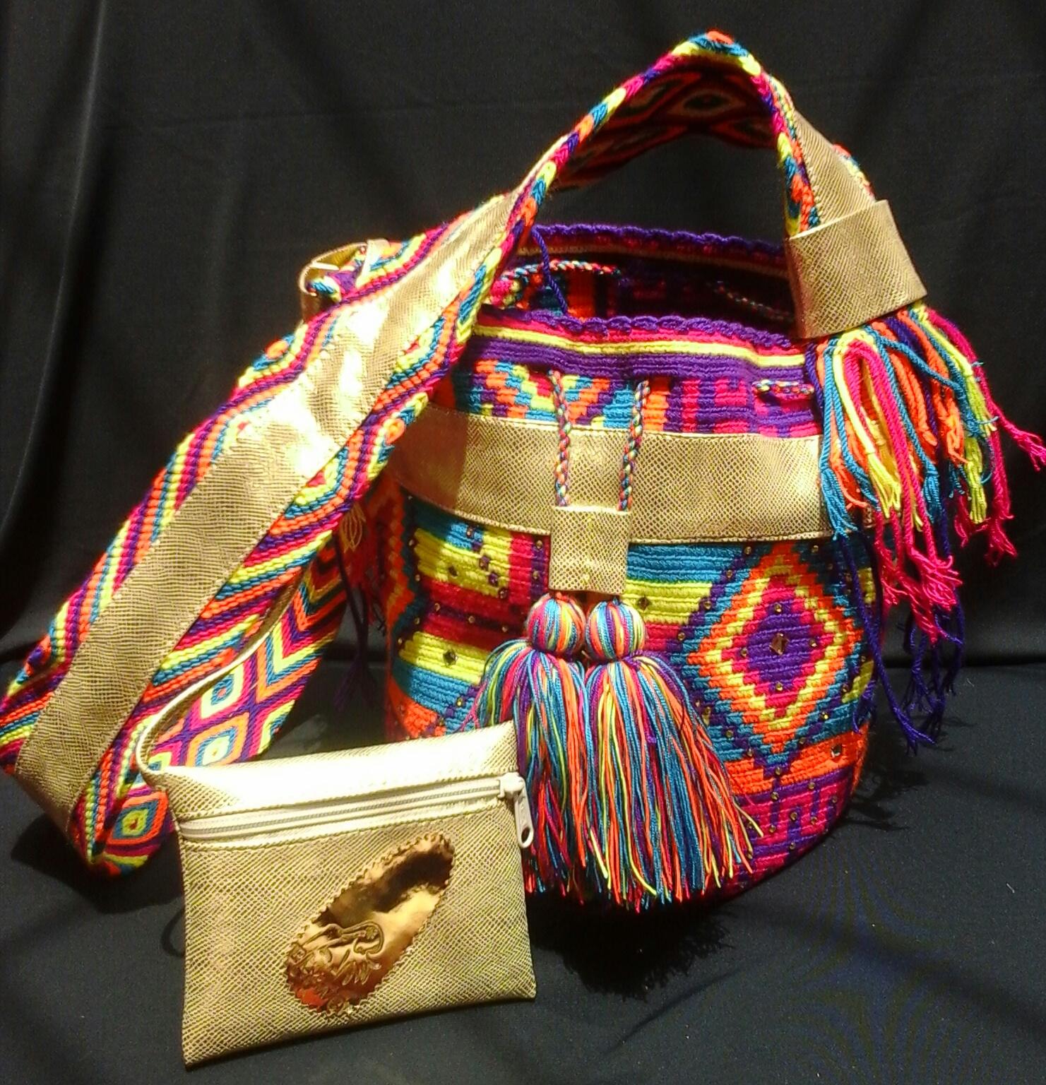 Las mochilas se elaboran en crochet (técnica introducida por los misioneros católicos a principios del siglo XX) o con ganchillo.