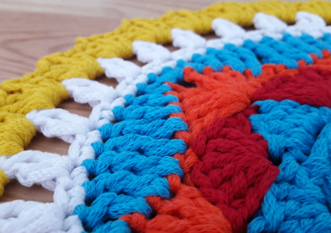 Free crochet pattern: sunny mandala   Happy in Red