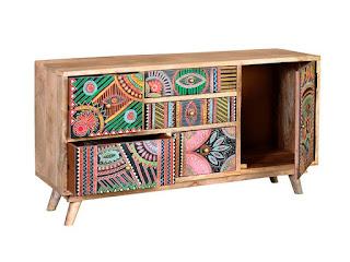 Mueble TV decorado con colores indios
