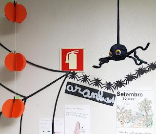 Pormenor do jornal de parede do Alcoitão: aranha pendurada com olhos