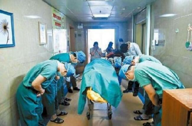 22 Stirring Pictures That Made Even The Toughest Of Us Cry - Chinese doctors bowed down to a boy who decided to become a donor before his death to save other people's lives.