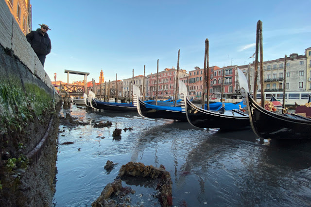 Η άμπωτη στέρεψε τα κανάλια στη Βενετία (βίντεο)