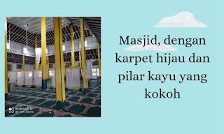 Bagian dalam masjid berkarpet hijau