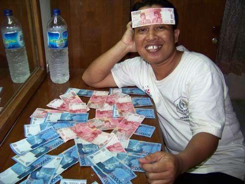 TUMPUKAN UANG : Malam harinya sebelum ke KRISNA< swafoto dulu dengan tumpuikan Uang saku yang diterima. Uang saya dan teman saya se kamar..  DF.  Foto Asep Haryono
