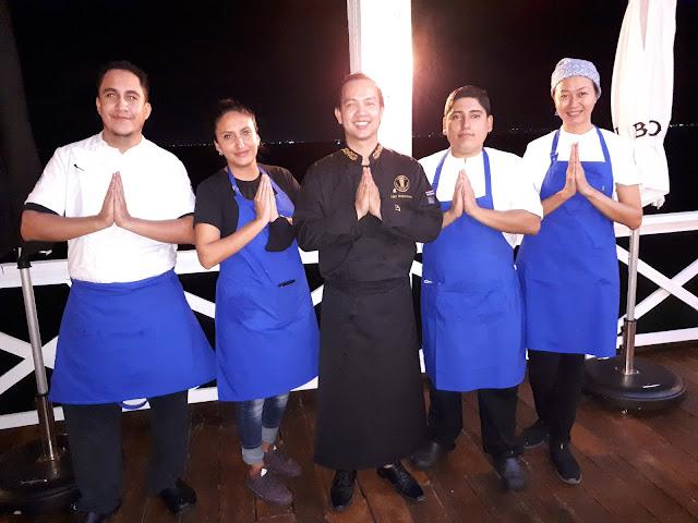 El chef Light Wattanakamin con el equipo del restaurante Chop chop.