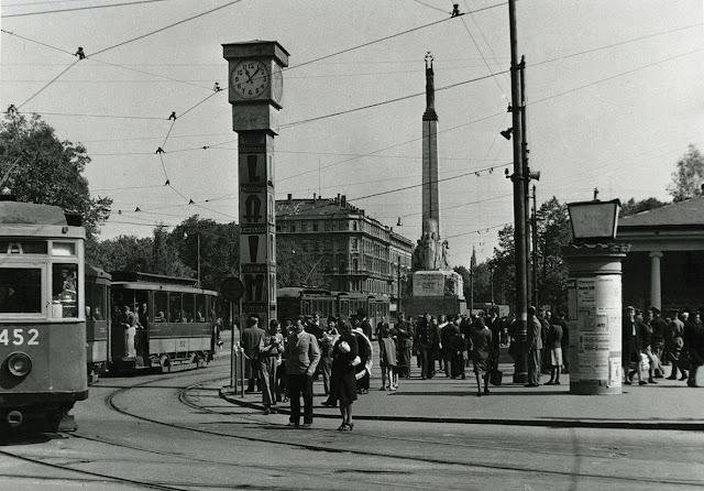 "Конец 1940-х годов. Рига. Часы ""Laima"" и трамваи на перекрестке бульваров Бривибас и Аспазияс"