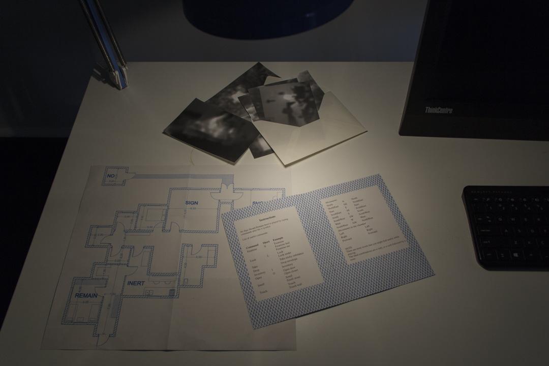 Gros plan sur le bureau, montrant un le plan d'une maison et des photographies.