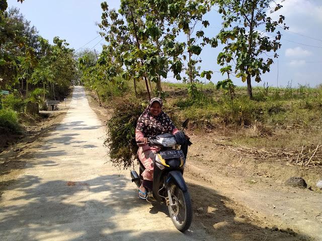 Kodim Sragen - Sumiyati Warga Desa Baleharjo bisa menikmati mulusnya jalan hasil TMMD reguler 108 Kodim 0725/Sragen