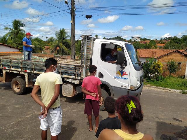 Prefeitura de Lima Campos entrega cestas básicas para familias carentes.