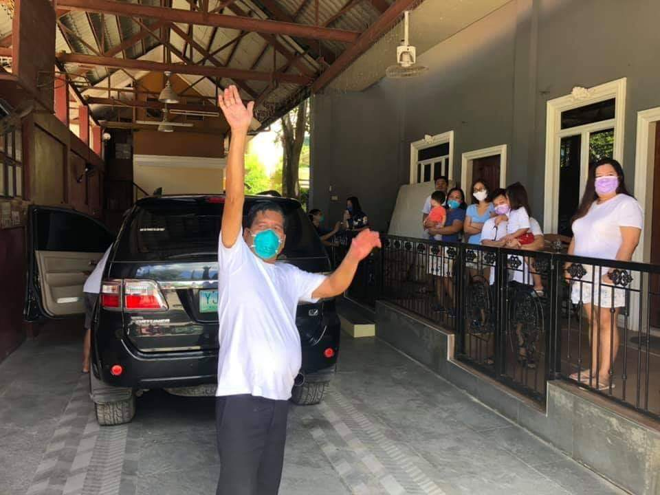 Community in Cebu gives cheers to welcome neighbor who recovered from COVID-19