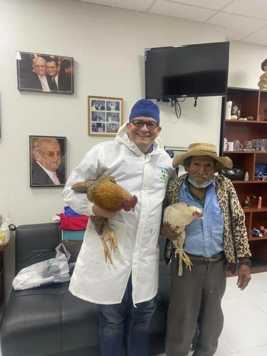 Abuelo paga con dos gallinas su operación de próstata