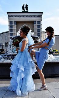 Невесте затягивают корсет