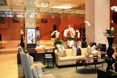 Die elegante Lobby des Ritz-Carlton Toronto am CN Tower © Copyright Monika Fuchs, TravelWorldOnline