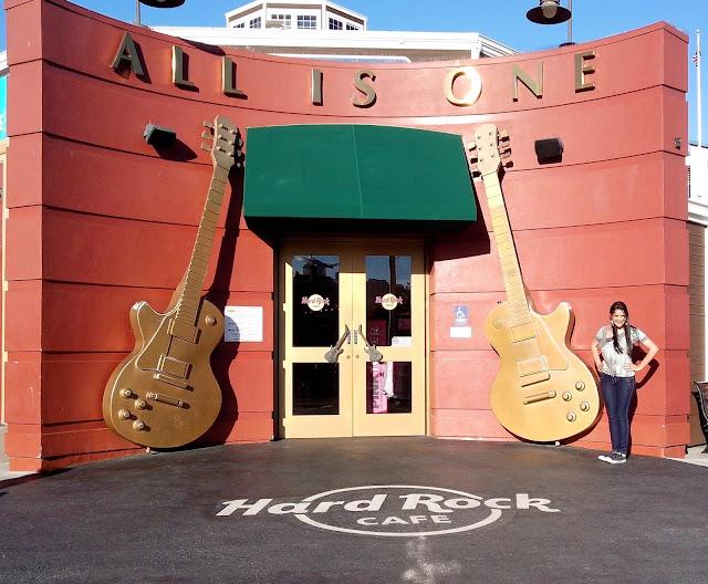 entrada hard rock cafe com suas guitarras enormes na porta