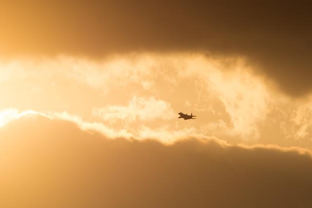 クラウドの間を飛ぶ戦闘機