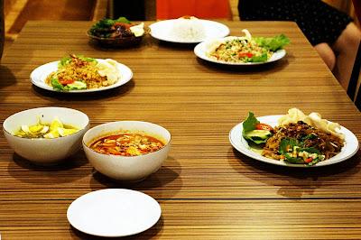 Soto, Tom Yam, Ayam Kalasan, Nasi goreng Kampung dan udang, Spring roll  Kopi Bandar Muzakki