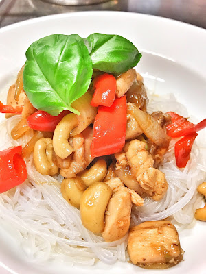 Hühnerfleisch mit Zwiebeln und Cashiewnüssen und Kikkoman Sojasauce sowie Glasnudeln