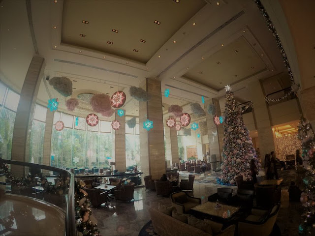 The grand lobby of the EDSA Shangri-La Hotel