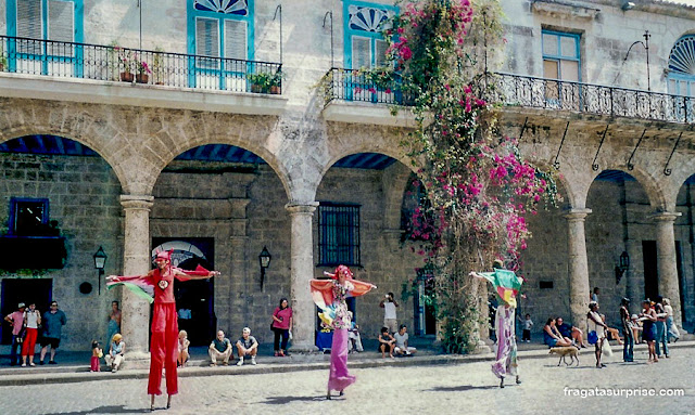 Artistas de rua na Plaza Mayor de Havana Velha, Cuba