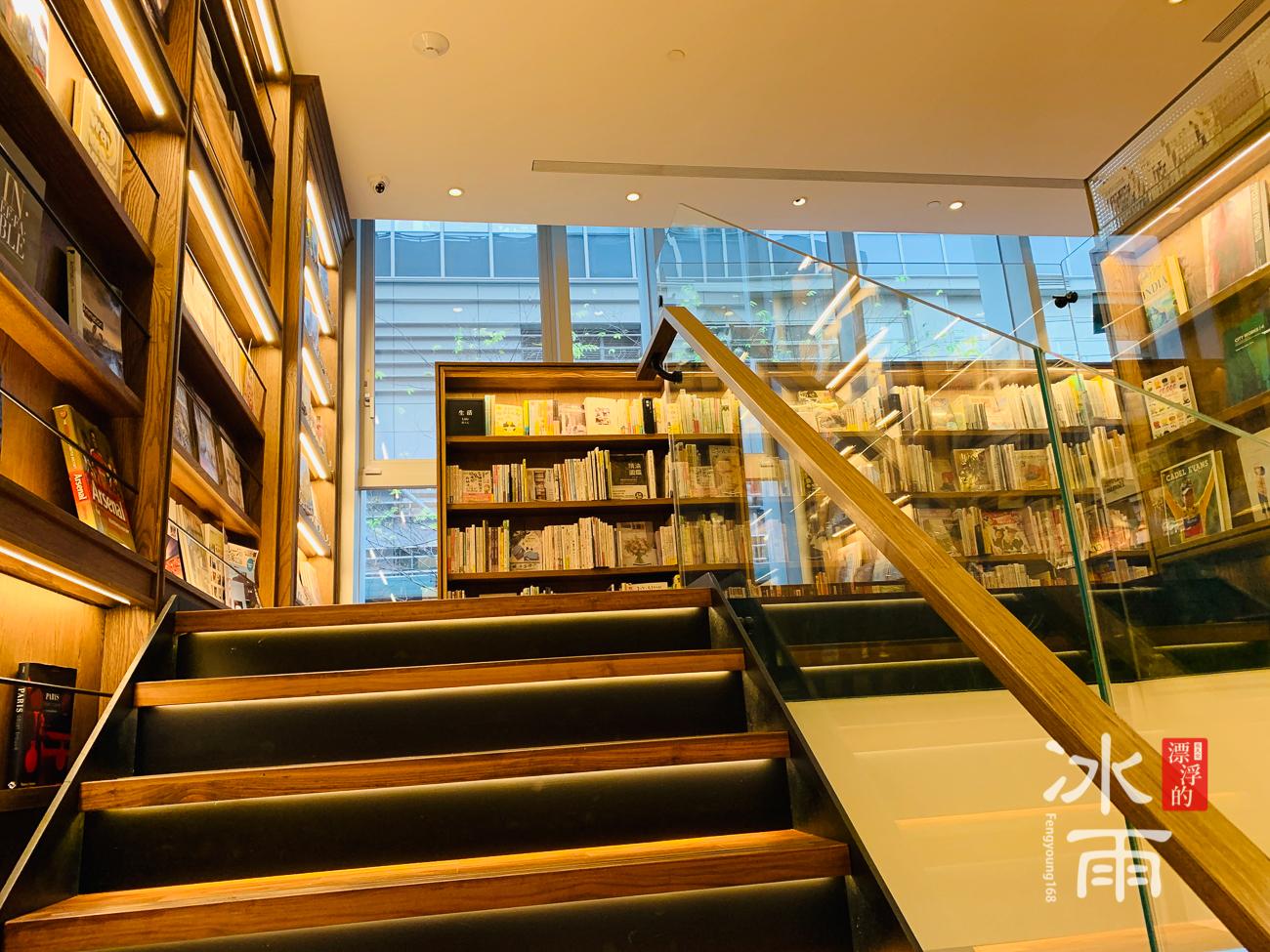 蔦屋書店松山店往二樓的階梯