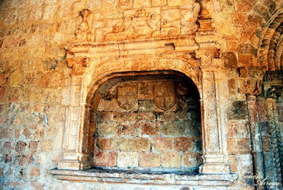 Arco Sepulcral del siglo XVI, hornacina o nicho en la fachada de la Iglesia del Rivero en cuyo interior destacan dos escudos heráldicos