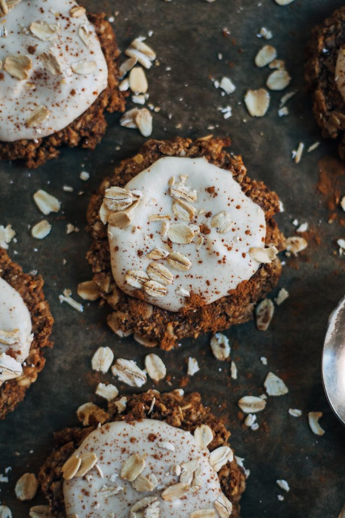 Really Good Raw Vegan Oatmeal Cookies. Need more recipes? Find 21 Easy and Healthy Vegan Oat Recipes To Make Best Weight Loss Breakfast Ever! health oatmeal recipes | warm oatmeal recipes | oatmeal breakfast | breakfast oatmeal | overnights oatmeal #oats #oat #veganmeal #vegan