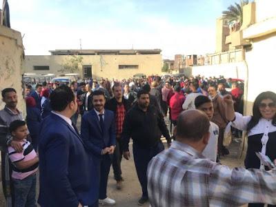 احتشاد الناخبين أمام اللجان قبل بدء التصويت