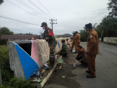 Peduli Dengan Lingkungan, Babinsa Posramil 06/Bubon Bersama Masyarakat Lakukan Pengecatan Jembatan