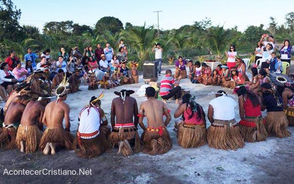 Indígenas de tribu amazónica orando