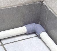 pipa paralon pembungkus diletakkan di bagian bawah dinding
