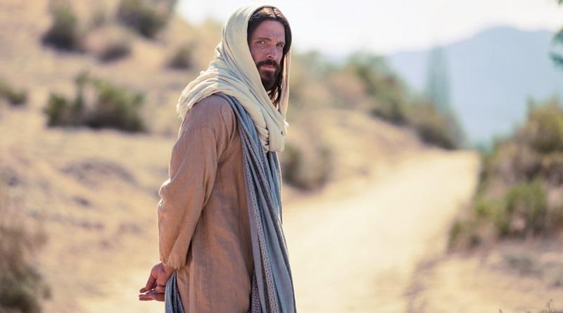 O personagem Jesus no filme de Mel Gibson na estrada olhando para nós