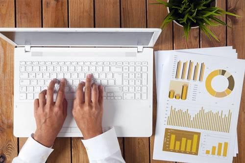 5 acessórios indispensáveis e incríveis para seu notebook: mesa-cooler para notebook, filtro de privacidade para notebook, película protetora pra teclado de notebook.