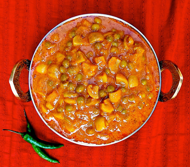 peas mattar mushrooms curry Indian easy tomatoes veg vegetarian  vegan recipe, protein, entree