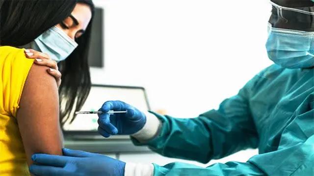 توسيع عملية التلقيح ضد فيروس كورونا لتشمل الفئة العمرية 20 سنة فما فوق