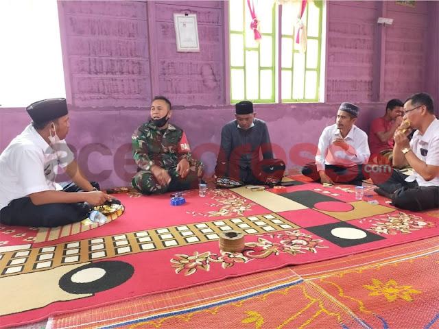 Babinsa Koramil Wih Pesam Jalin Keharmonisan Laksanakan Komsos di Desa Binaan