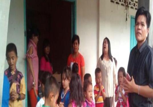 Foto: Sejumlah anak sekolah minggu terhalang masuk ke dalam GKPI di Sibolga Julu karena pintunya dikunci.