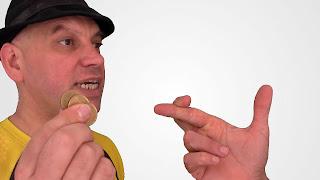 Sienta las monedas entre tus dedos. Tactile diplopia 02