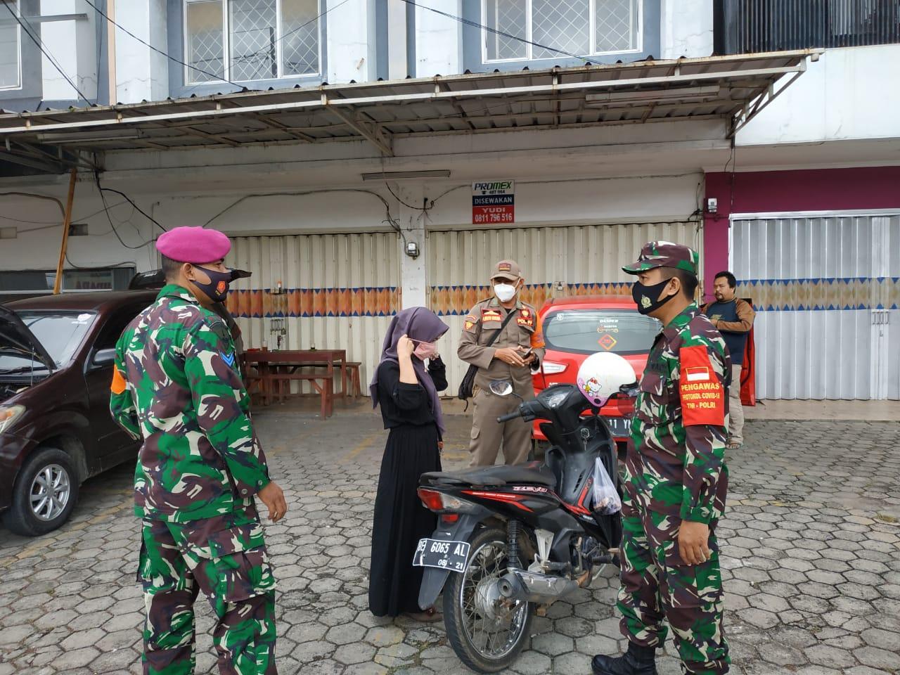 Kodim 0410/KBL bersama dengan Satuan Tugas percepatan Penanganan Covid-19 Kota Bandar Lampung terus melakukan upaya pencegahan di Jln. Wolter Monginsidi, TBU