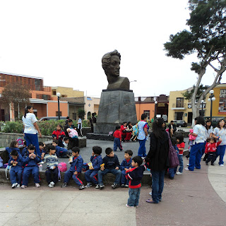 Crianças na Plaza Bolívar em Lima