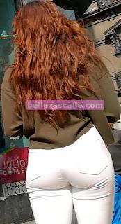 Hermosa chava pantalon blanco trasero redondo