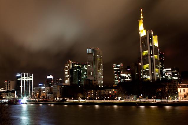 Skyline di Francoforte di notte