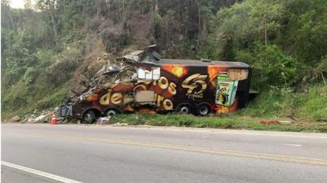 Ônibus da Banda Garotos de Ouro bate contra paredão e vocalista, Airton Machado, morre