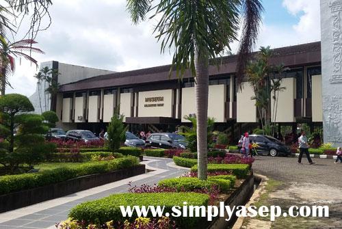 BANGGA : Museum Negeri Kalimantan Barat kebanggaan seluruh warga Kalimantan Barat terletak di Jalan Ahmad Yani Pontianak.   Foto Asep Haryono