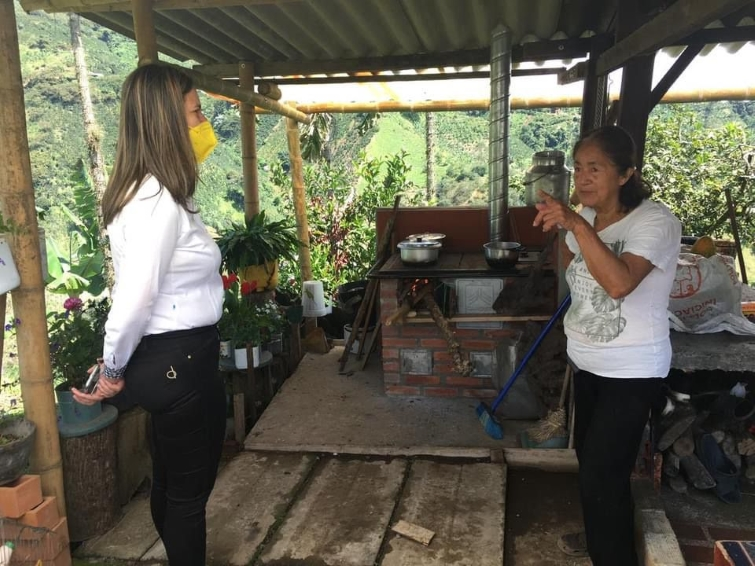 La CARDER realiza nueva entrega de estufas eficientes en zonas rurales de Risaralda