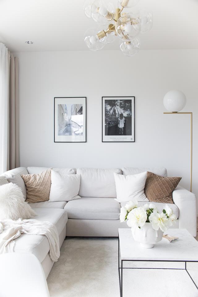 Villa H, beige valkoinen olohuone, skandinaavinen sisustus