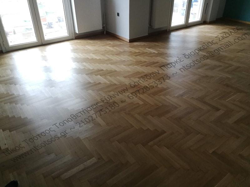 Τρίψιμο και γυάλισμα σε ξύλινο πάτωμα με οικολογικό ματ βερνίκι