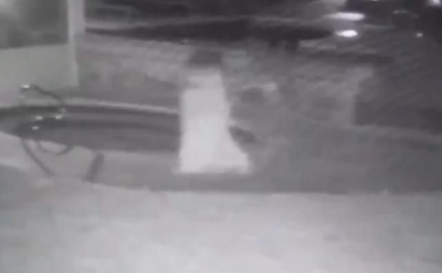 """""""Video"""" Tenebrosa mujer vestida de blanco aparece y desaparece en medio de la noche"""