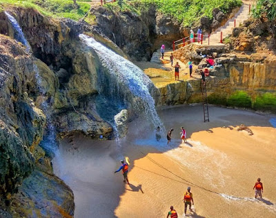Spot Air Terjun Pantai Banyu Tibo