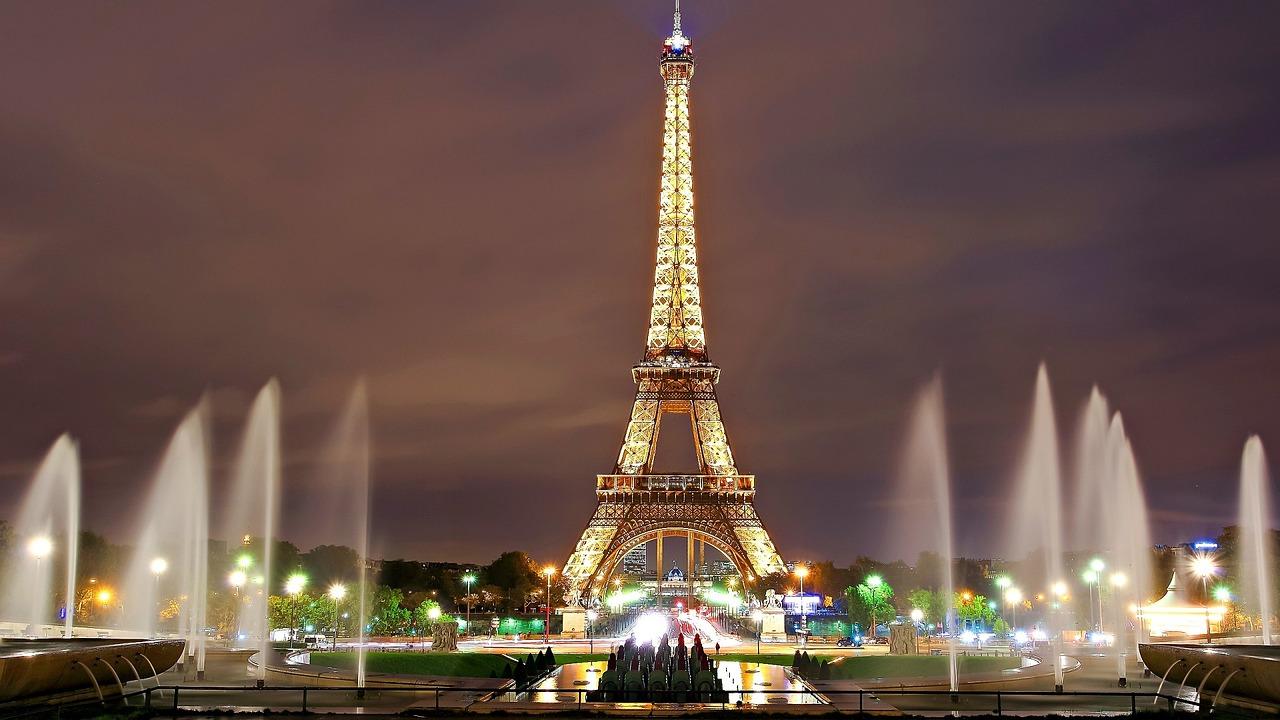 Eiffel torni valaistuna Pariisissa.