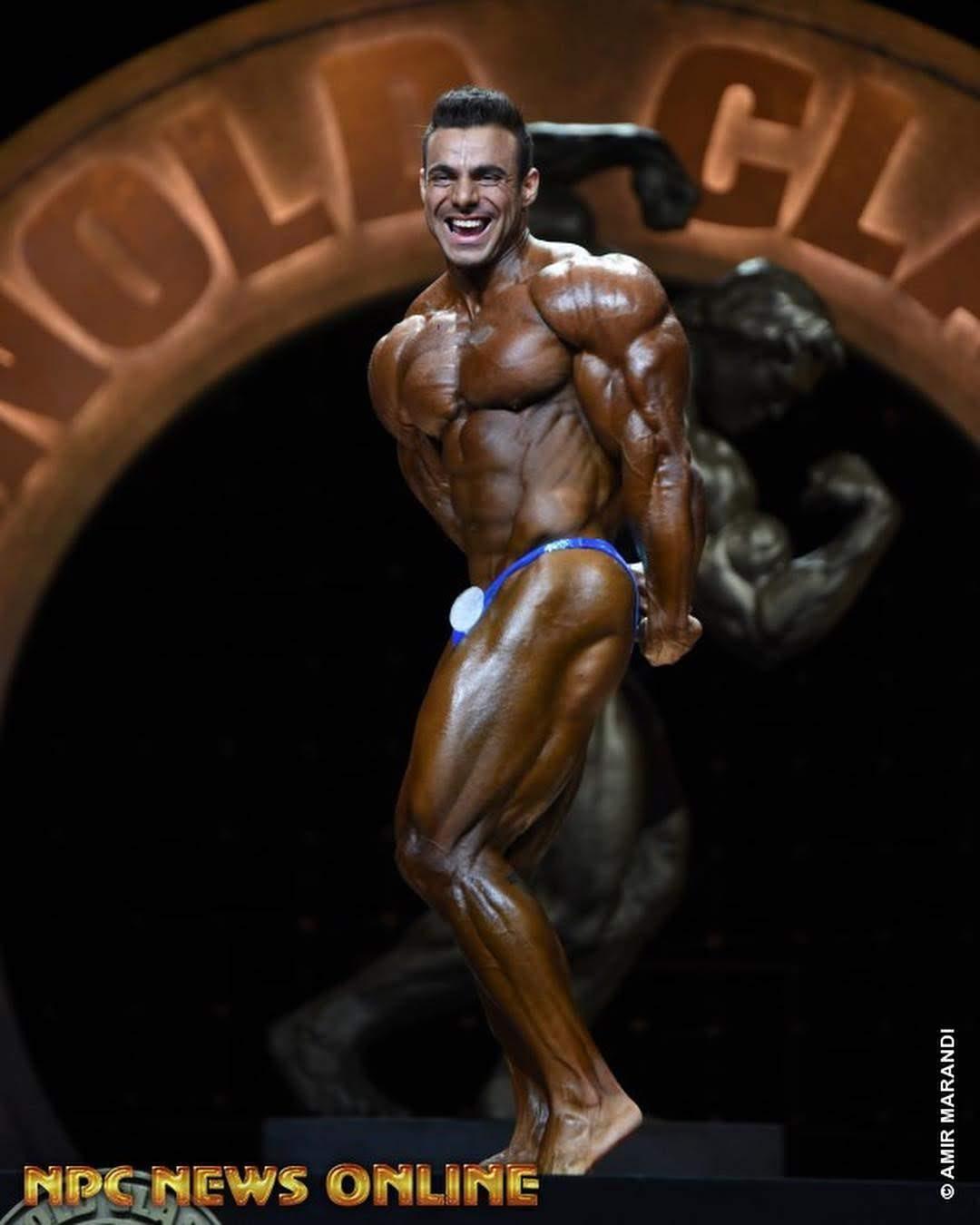 Rafael Brandão executa pose tríceps melhor lado no prejudging do Arnold Classic 2019. Foto: Amir Marandi